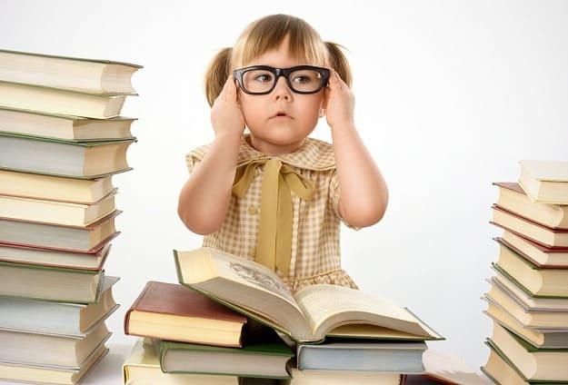 девочка в очках и с книгами
