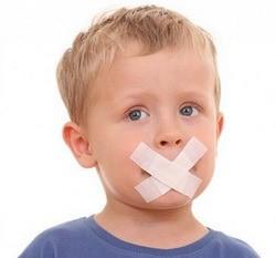 ребенок с заклеенным ртом