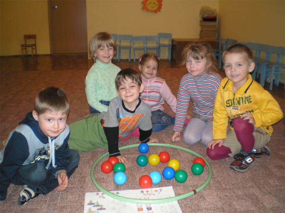 дети и разноцветные мячи