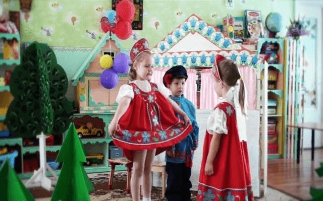 девочки в театральных костюмах