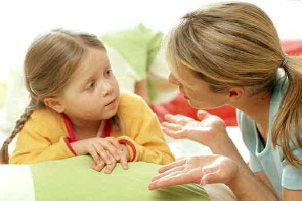 девочка говорит маме