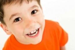 Лицо мальчика в оранжевой футболке