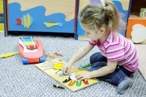 Девочка собирает мозаику