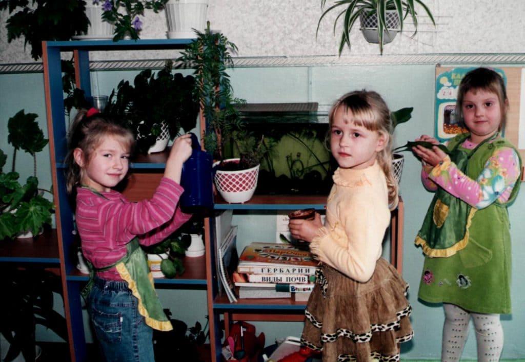 Дети поливают цветы