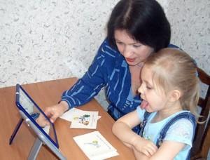 Девочка и мама у зеркала