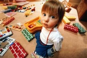 Ребенок складывает игрушки самостоятельно
