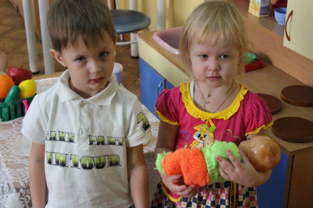 Мальчик с девочкой и куклой