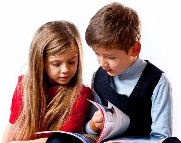 Мальчик с девочкой смотрят книгу