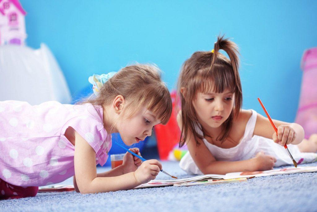 Девочки рисуют на полу
