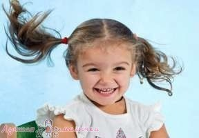 Девочка улыбается