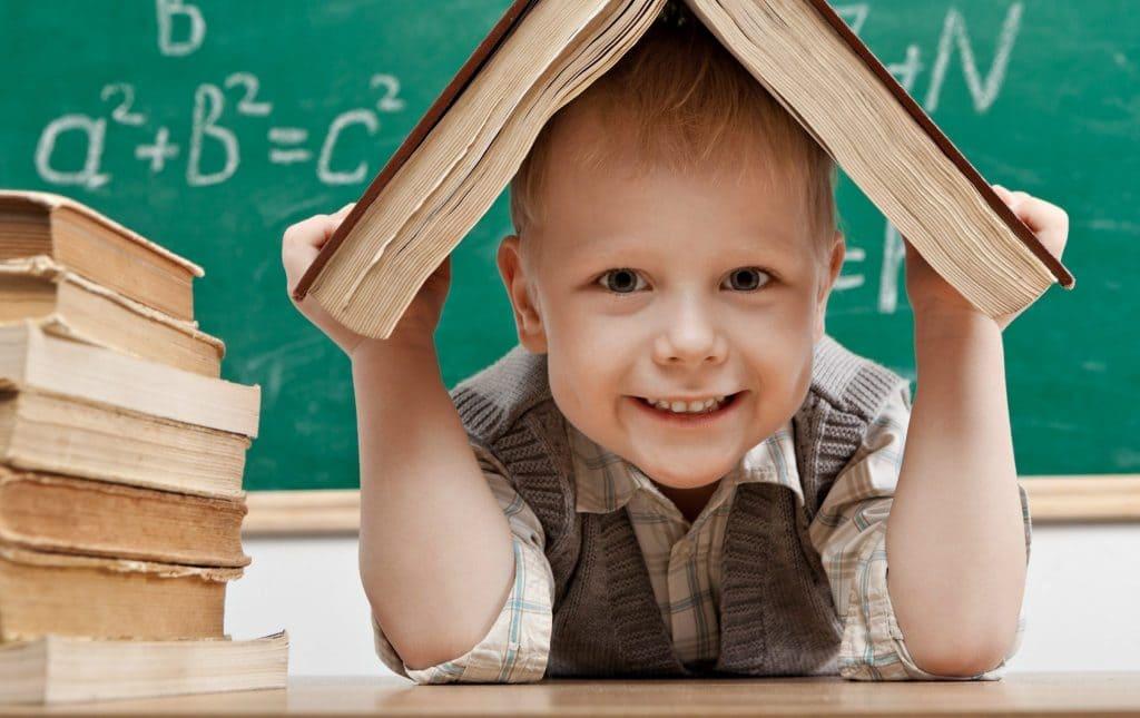 Мальчик под книгой
