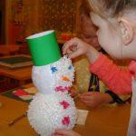 Девочка изготовила снеговика