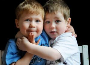 Мальчики обнимаются