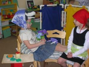 Дети в игровом уголке