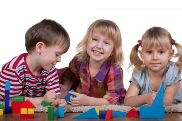 Дети с разноцветными фигурами