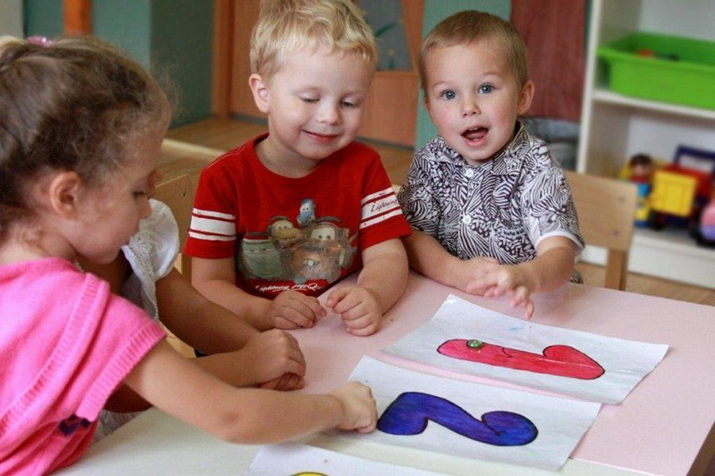 Дети с карточками цифр