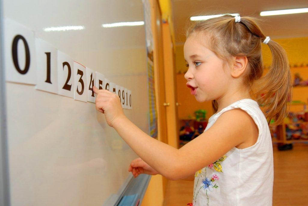 девочка у доски с цифрами