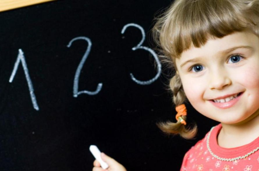 Девочка написала цифры на доске