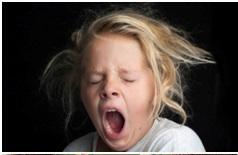 Девочка зевает