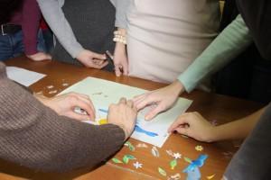 Дети клеют фигурки