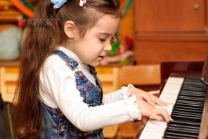 Девочка за пианино