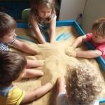 Дети в песке