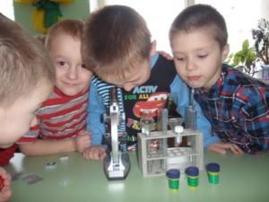 Мальчики у микроскопа