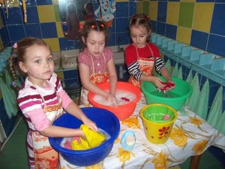 Девочки моют в тазах