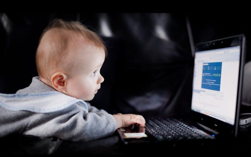 Ребенок у монитора