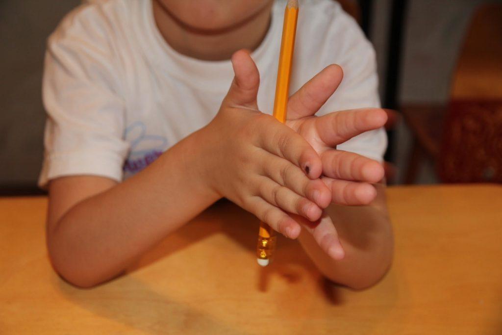 Ребенка привлекают руки не своими руками