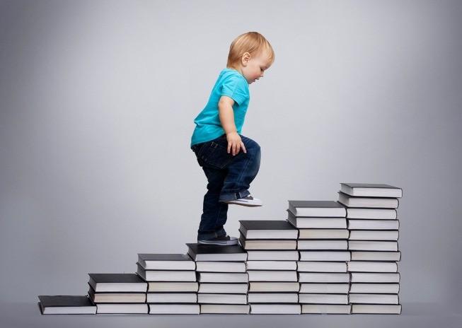 Ребенок по ступеням