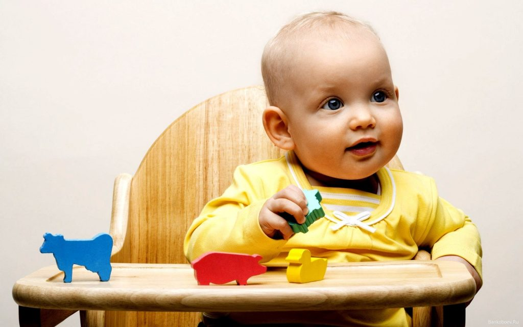 Ребенок за столиком