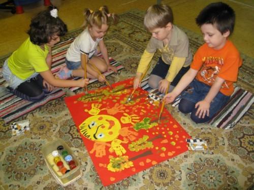 Дети у плаката