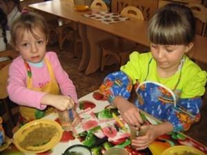Дети столом
