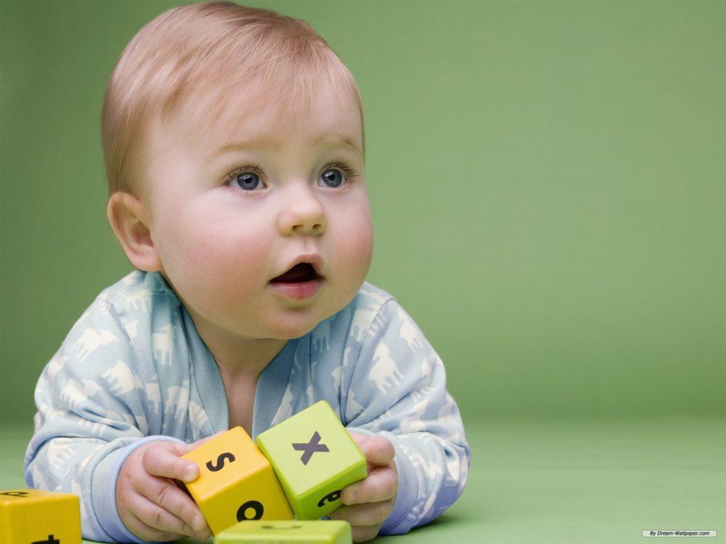 Ребенок с кубиками