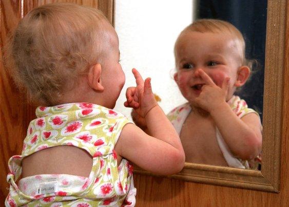 Ребенок у зеркала