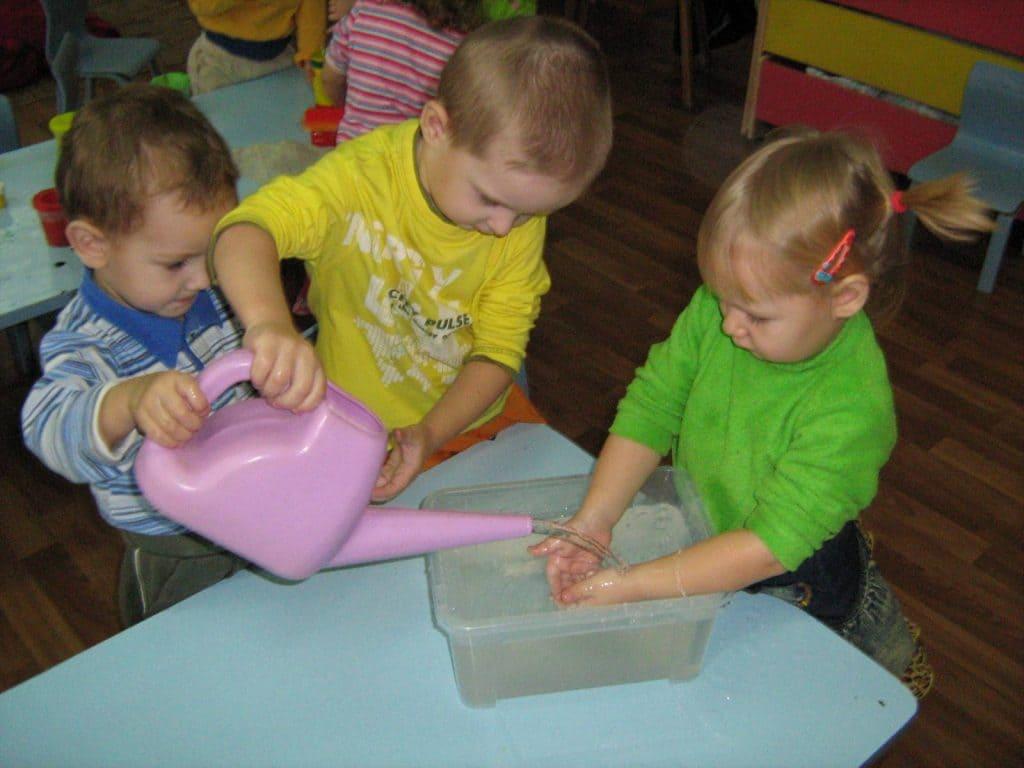 Дети наливают воду