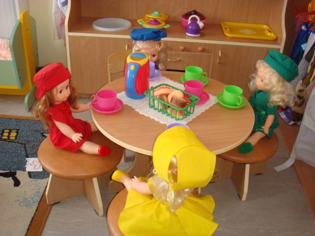 Куклы за столом