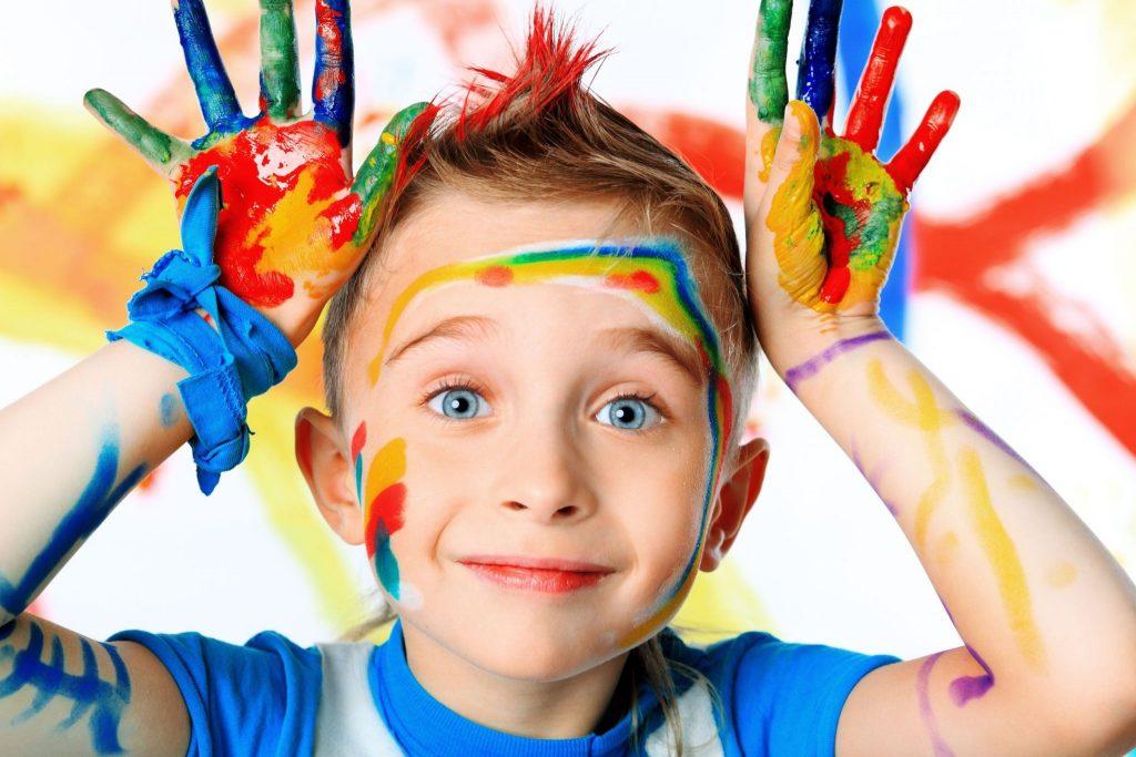Мальчик руки в краске