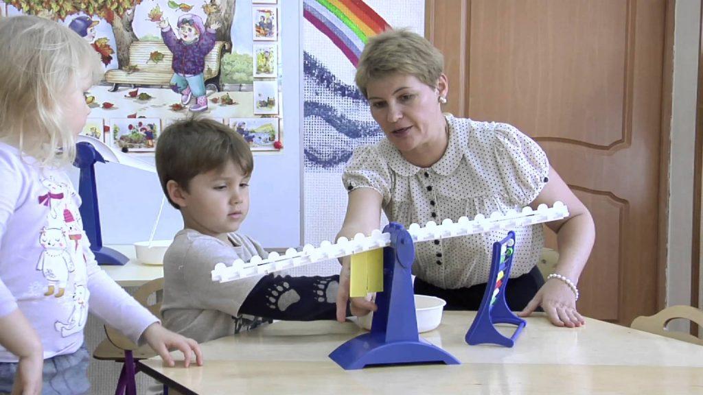 Воспитатель и ребенок