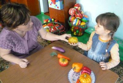 Воспитатель и девочка