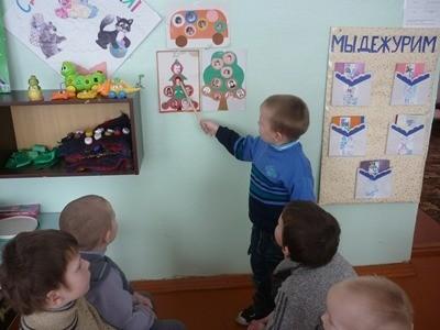 Мальчик показывает рисунок