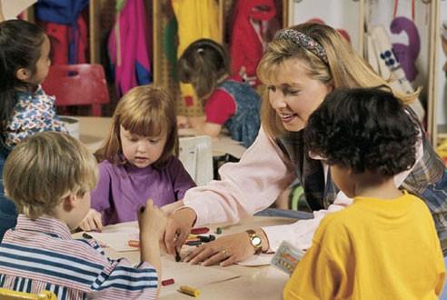 Воспитатель и дети