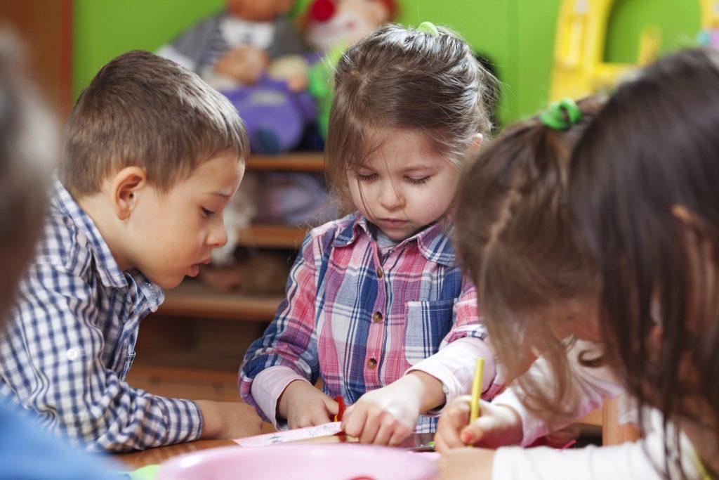 Дети у стола
