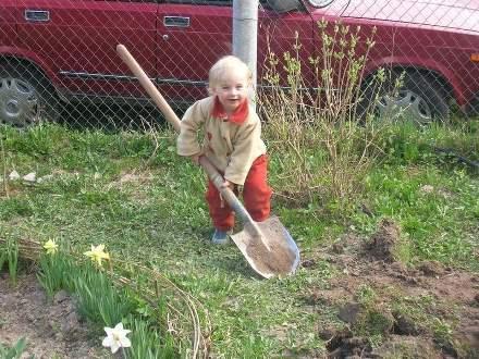 Ребенок и лопата