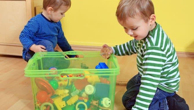 Дети собирают игрушки