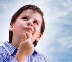 Мальчик смотрит в небо