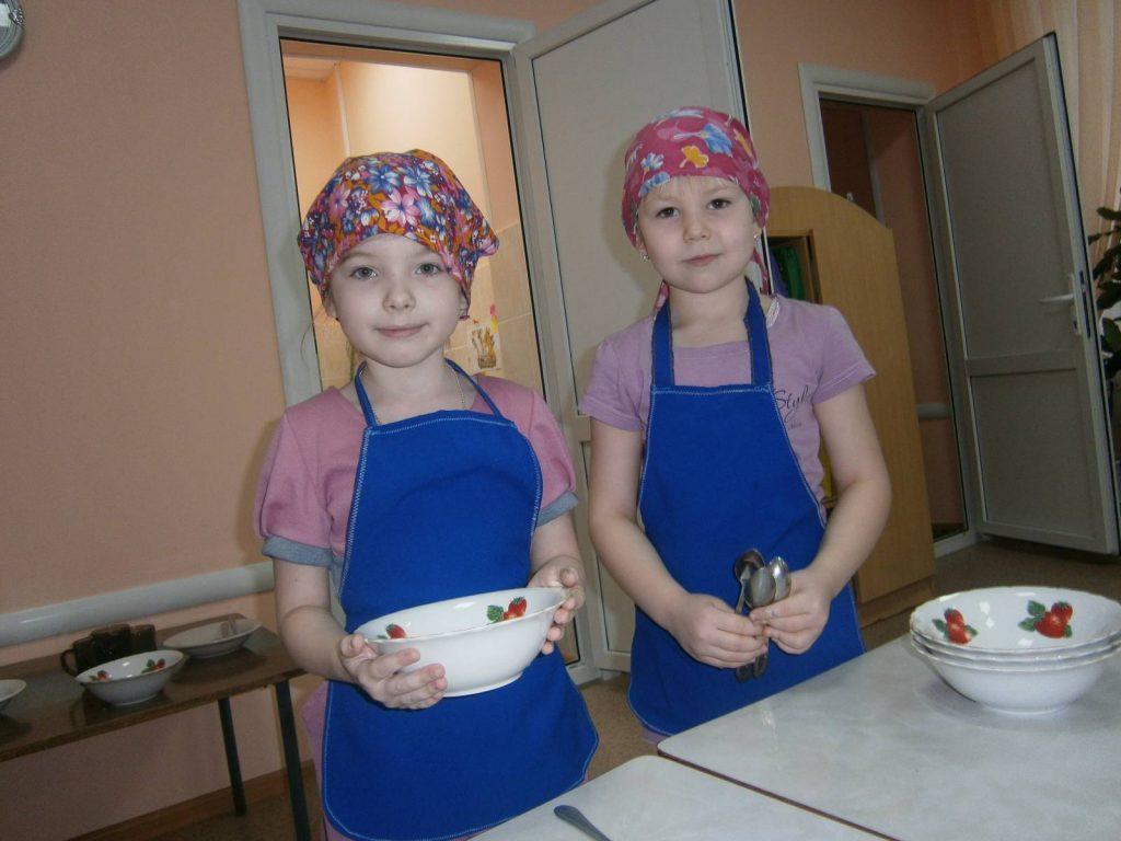 Девочки дежурят с тарелками