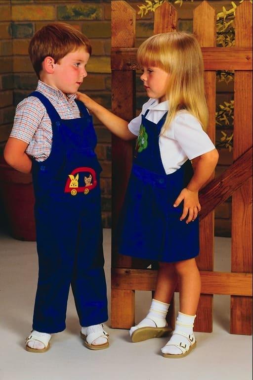 Мальчик и девочка раговаривают
