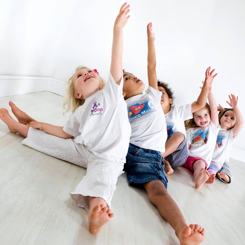 Дети выполняют упражнение